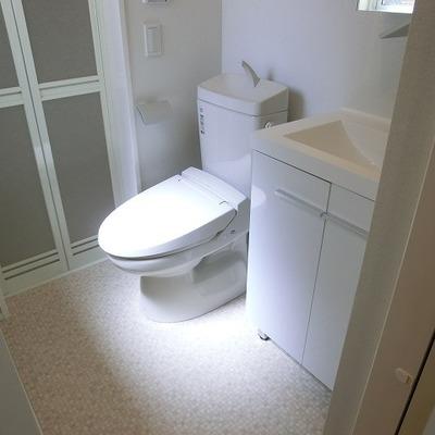 照らされたトイレ。