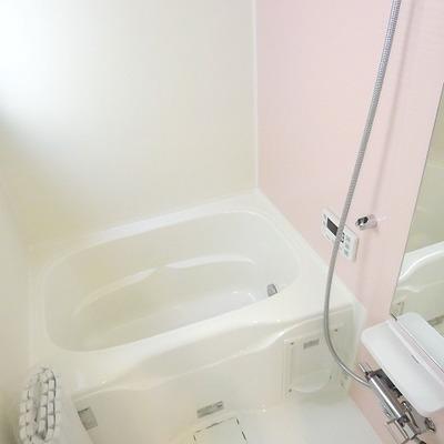 窓のあるお風呂。ピンクでかわいらしい。
