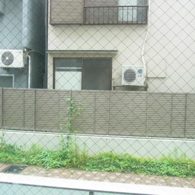 ベランダの外(写真は1階のお部屋です)