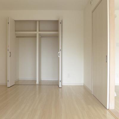 洋室には大きめクローゼットあります。