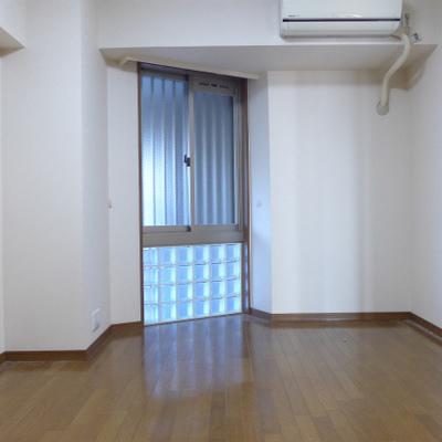 北側の洋室は8帖。窓とクローゼットあります。