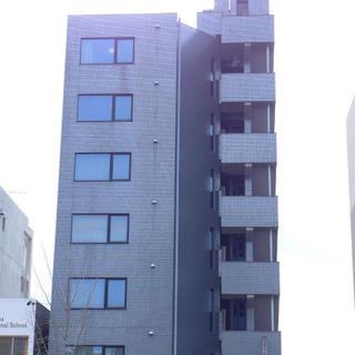 大通り沿いにあるマンション。