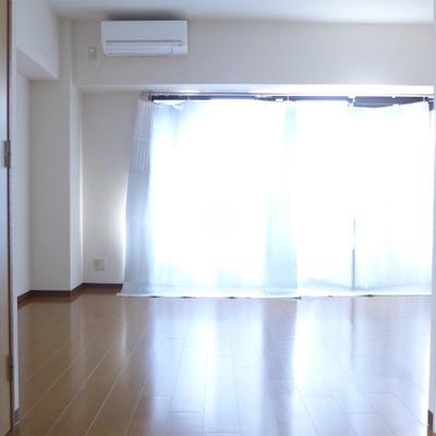 日当たりgood!※窓には遮光のためカバーがかかっています。