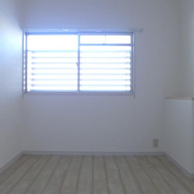 6帖の洋室にも窓があるので暗くはないです。