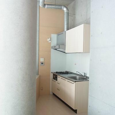 窓を背にしたキッチン