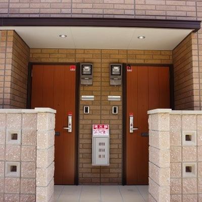 玄関は二部屋ごとです