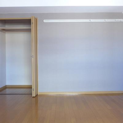 北側の8帖の洋室にも窓あります!