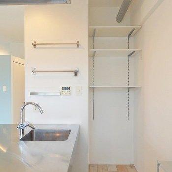 冷蔵庫置場には可動式の棚を発見!目指せ収納上手◎ ※写真は同間取り306号室のもの