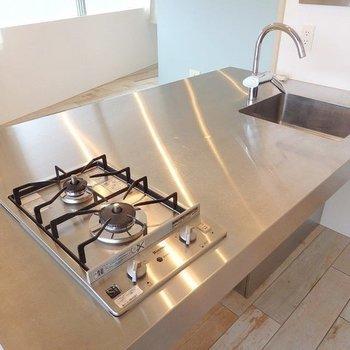 デザイン2口コンロで調理スペースはガッツリと。ここでそのままお食事出来そうですよ〜! ※写真は同間取り306号室のもの
