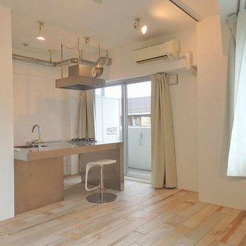 キッチン周りは家具を置き過ぎずにスッキリと使いたいですね◎ ※写真は同間取り306号室のもの