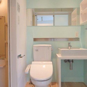 スッキリとしたデザインの洗面台。収納はうまくアレンジしちゃいましょう◎ ※写真は同間取り306号室のもの