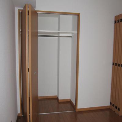 収納は洋服をかけられるポールがありますよ。※写真は1階の似た間取りの別部屋です