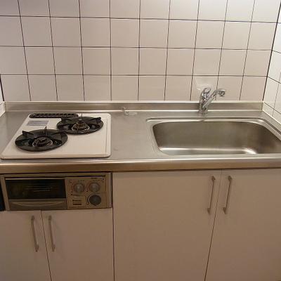 キッチンは2口ガスコンロ。※写真は1階の同間取り別部屋のものです