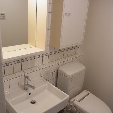 洗面台とトイレは同室。※写真は1階の同間取り別部屋のものです
