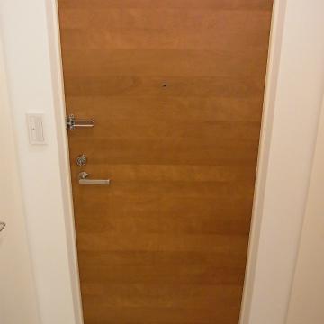 玄関扉がまた良い色目。。※写真は1階の同間取り別部屋のものです