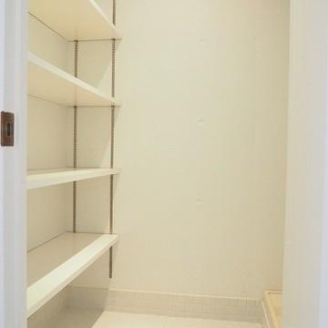 玄関横のシューズボックス※写真は別部屋です