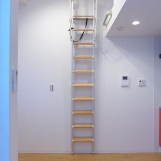 ロフト用のはしごは重いので、動かすなら慎重に