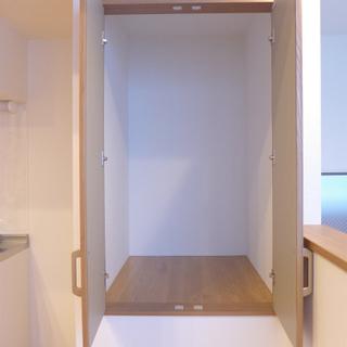 収納はキッチン横のみ。ロフトにはハンガーポールがありますよ!