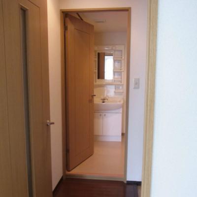 玄関で居室と水回りが分かれています
