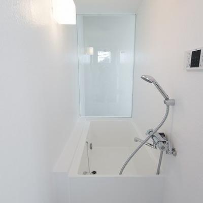 お風呂はタテに。ガラス張り。