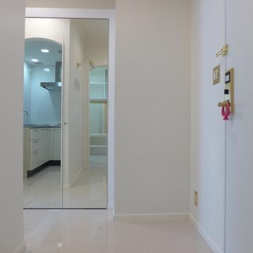 玄関入って右手には鏡張りのシューズクローク。