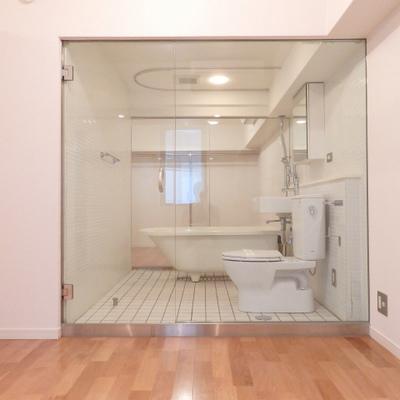 そしてこのガラス張り浴室が居室をつないでいるまさかの空間構造