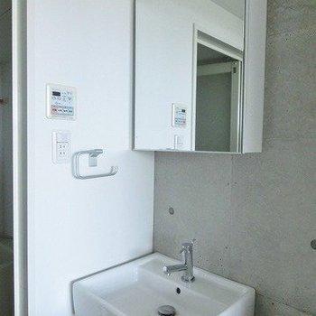 洗面台はこちら。※写真は7階の反転間取り別部屋のものです。