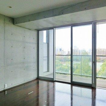 コンクリートとフローリングのバランスがスバラシイ。※写真は7階の反転間取り別部屋のものです。