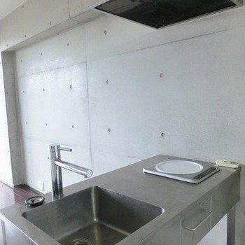 メンズライクにコンパクトキッチン。※写真は7階の反転間取り別部屋のものです。