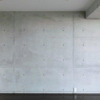 コンクリートの壁は何で彩る?※写真は7階の反転間取り別部屋のものです。