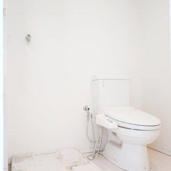 サニタリールームは開けると洗濯パンとトイレが並んでいます。※クリーニング前の写真