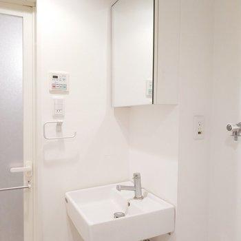 左側には独立洗面台が!ミニマルなデザインにそそられる。※クリーニング前の写真