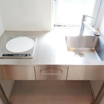 1口IHのシンプルなキッチン!採光面もあって光が気持ちいい◎※クリーニング前の写真