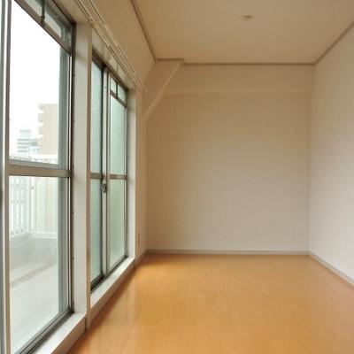 窓が大きくて明るい部屋