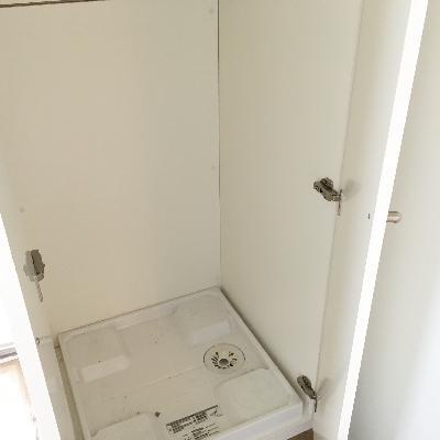 洗濯機置き場はクローゼットに隠れていました。