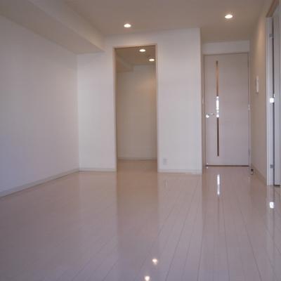 白を基調に清潔感のあるお部屋※写真は別部屋です