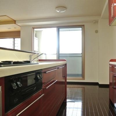 立派な赤いキッチンです1