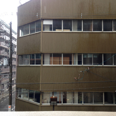 向かいに建物。眺望はないですね。
