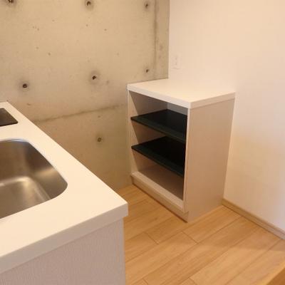 後ろに食器棚が付いているのも地味に使える