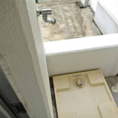 勝手口から出ると洗濯機置き場。室外ですが、バルコニー屋根の下