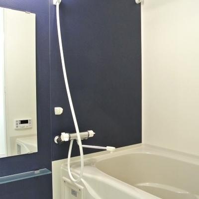 お風呂の色味が良い。深いブルーの壁