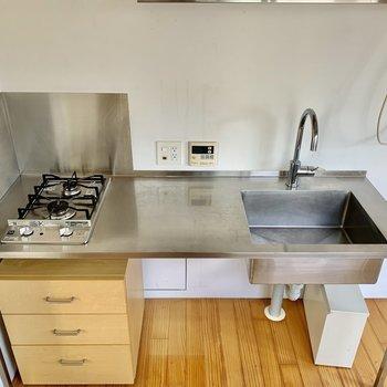 ステンレスタイプ。調理スペースもありますね。