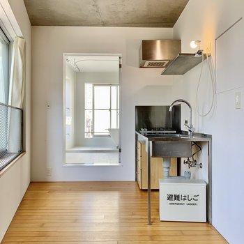 キッチンへ。冷蔵庫は右側に。
