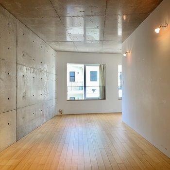 洋室は約13.9帖。