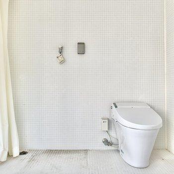 トイレと洗濯機はその背面に。※写真はクリーニング前のものです
