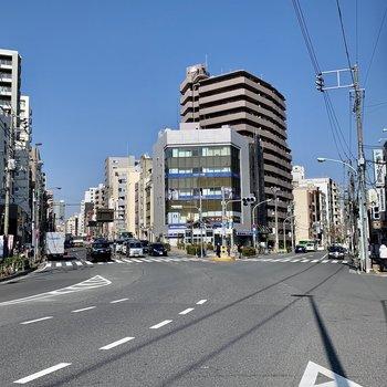 駅前は交通量が多めです。