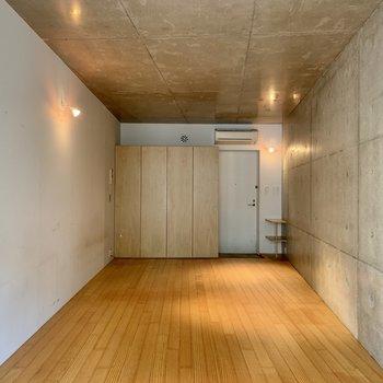 床は無垢材、床暖房付きです。 視覚的にも物理的も暖かい……。