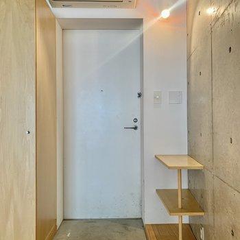 玄関。サイドの棚は鍵置きにもできそうですね。
