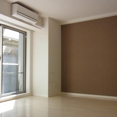 リビング別アングル。壁に差し色はいってます。