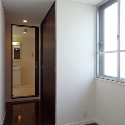 窓付きの明るい廊下。素敵。